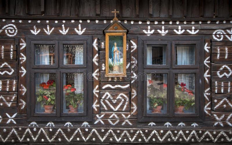 Casa de madeira velha com um teste padrão tradicional pintado fotografia de stock