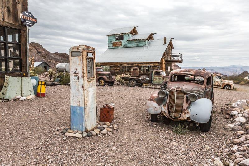 Casa de madeira velha e bomba de combustível velha oxidada no fantasma de Nelson Nevada fotografia de stock royalty free