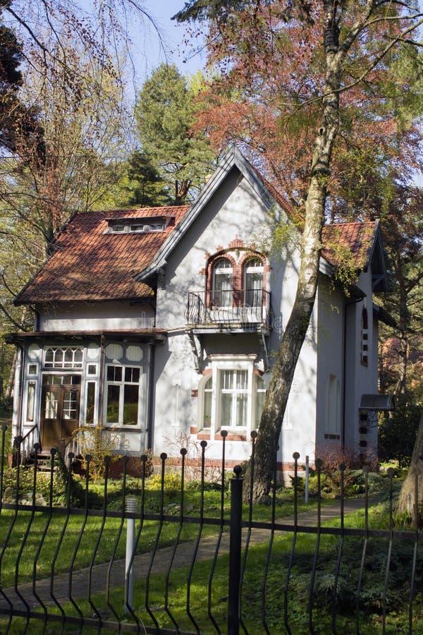 Casa de madeira velha na floresta fotografia de stock