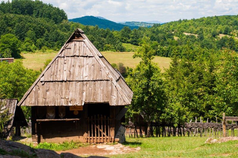 Casa de madeira velha na natureza Casa na montanha imagens de stock royalty free