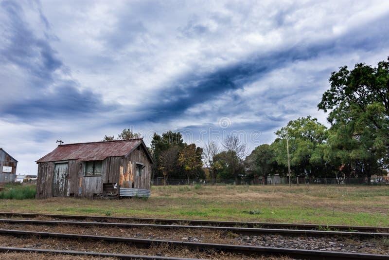 Casa de madeira velha no estação de caminhos de ferro abandonado profundamente dentro de Ámérica do Sul imagens de stock