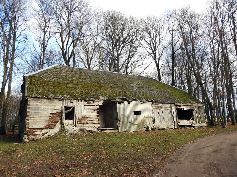 Casa de madeira velha no parque, Lituânia imagens de stock royalty free