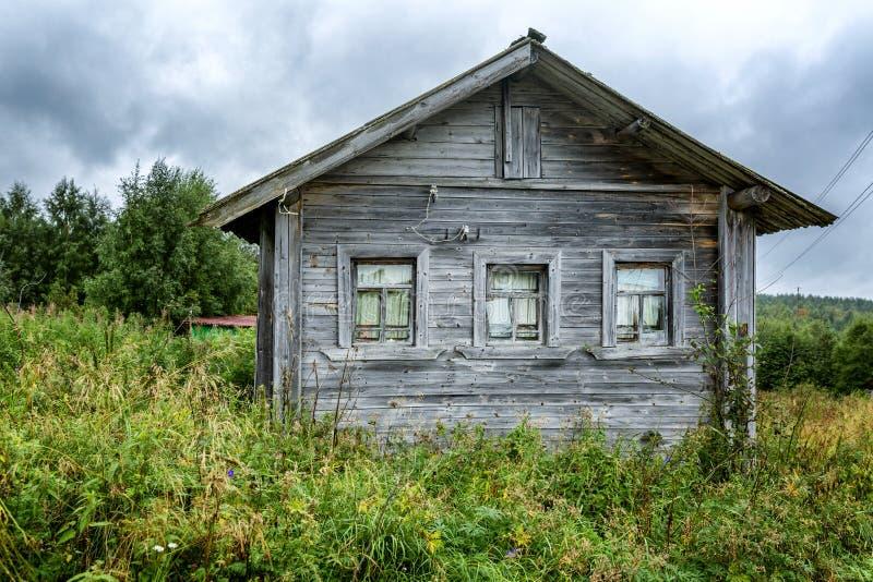 Casa de madeira velha pelo rio Paisagem bonita foto de stock royalty free