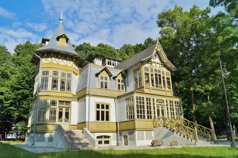 A casa de madeira verde velha skansen dentro em Lodz, Polônia - museu central de Te fotos de stock royalty free
