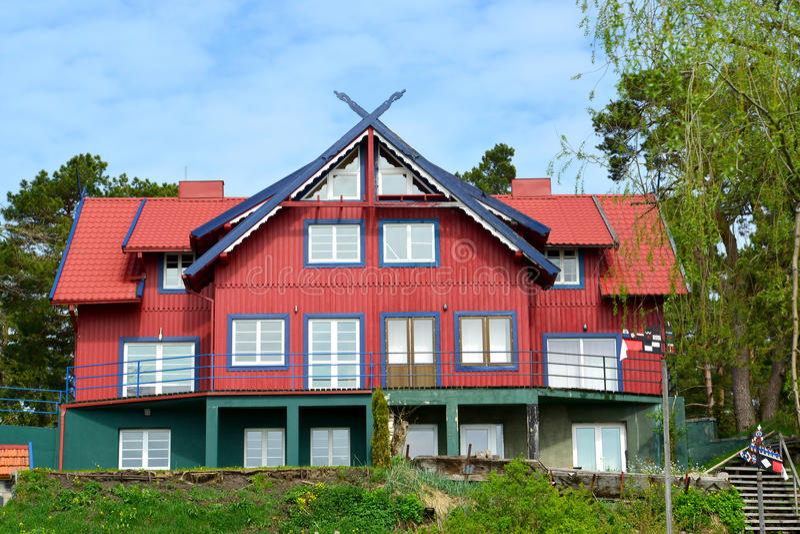A casa de madeira vermelha em Nida, Lituânia imagens de stock