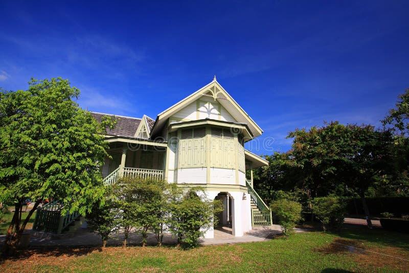 Casa de madera antigua verde imagen de archivo