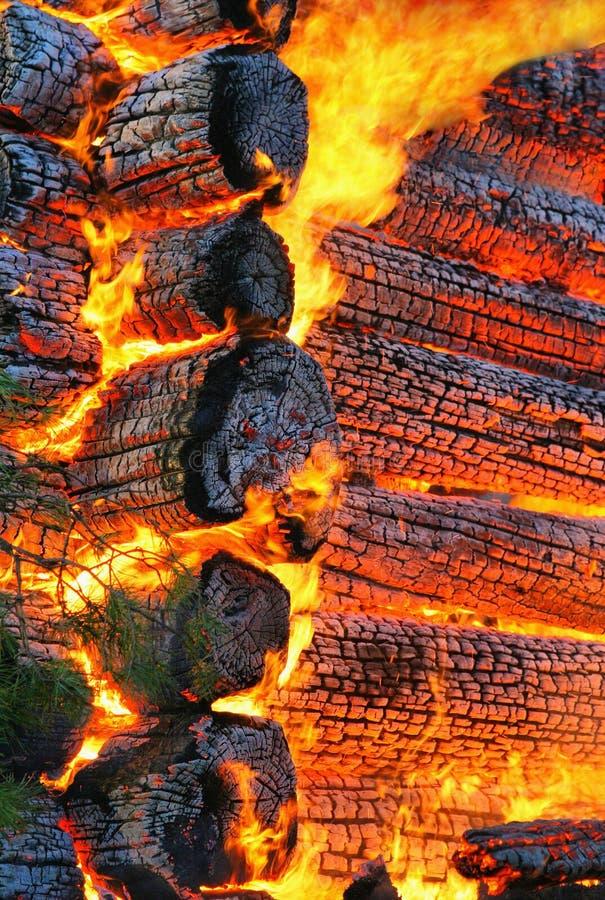 Casa de madera ardiente foto de archivo libre de regalías
