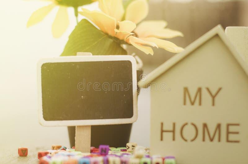 Casa de madera con la señalización para el concepto de las propiedades inmobiliarias y de la hipoteca imagen de archivo