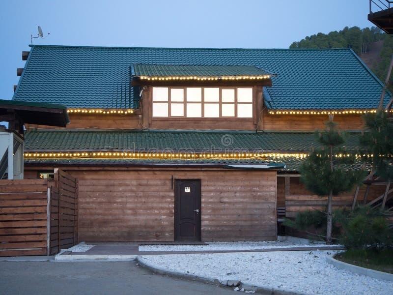 Casa de madera con las bombillas en el tejado Rusia Sochi 05 10 2019 fotos de archivo libres de regalías