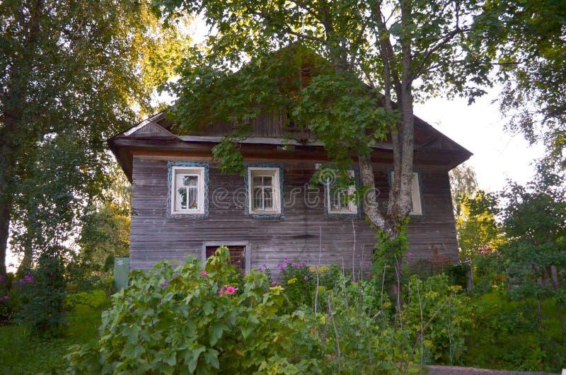 Casa de madera con las ventanas talladas en Vologda Rusia Estilo ruso en arquitectura Casa rusa r?stica con el jard?n imagen de archivo