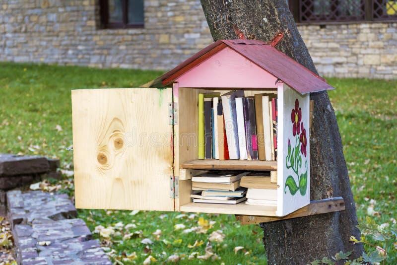 casa de madera con los libros - lectura del pájaro al aire libre imagen de archivo libre de regalías