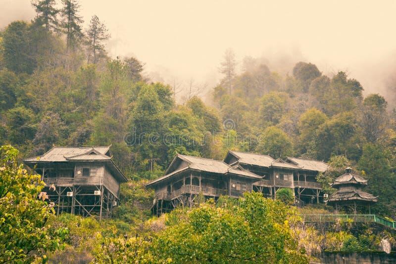 Casa De Madera De La Selva Tropical Imagen de archivo - Imagen de ...