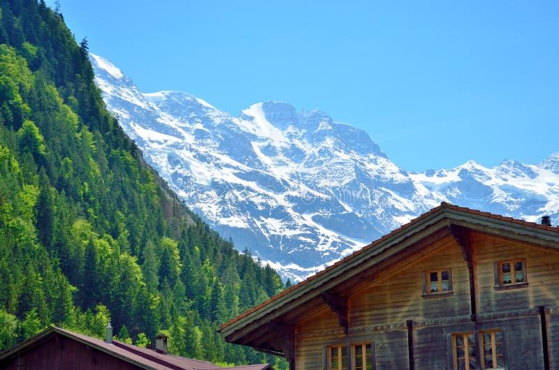 Casa de madera debajo del Apls suizo en las montañas imagen de archivo