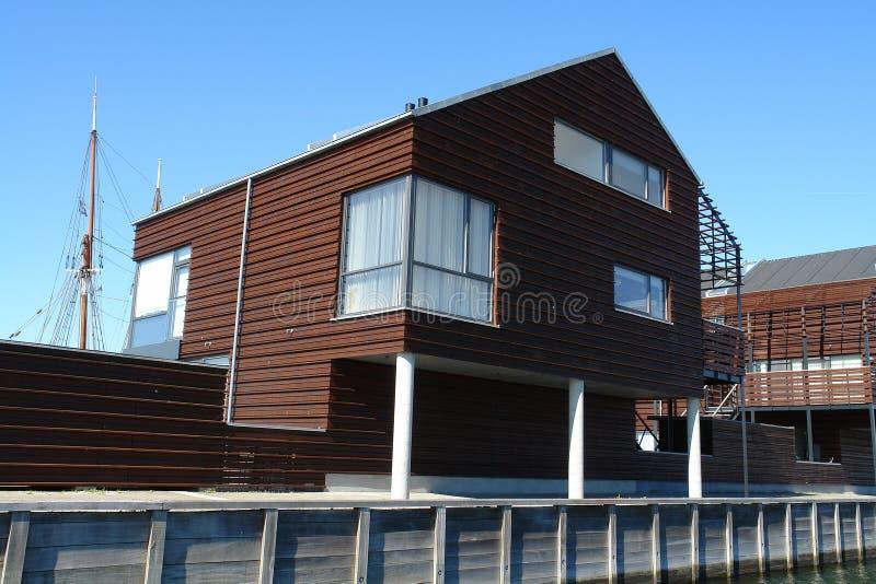 Casa de madera del diseño moderno fotografía de archivo