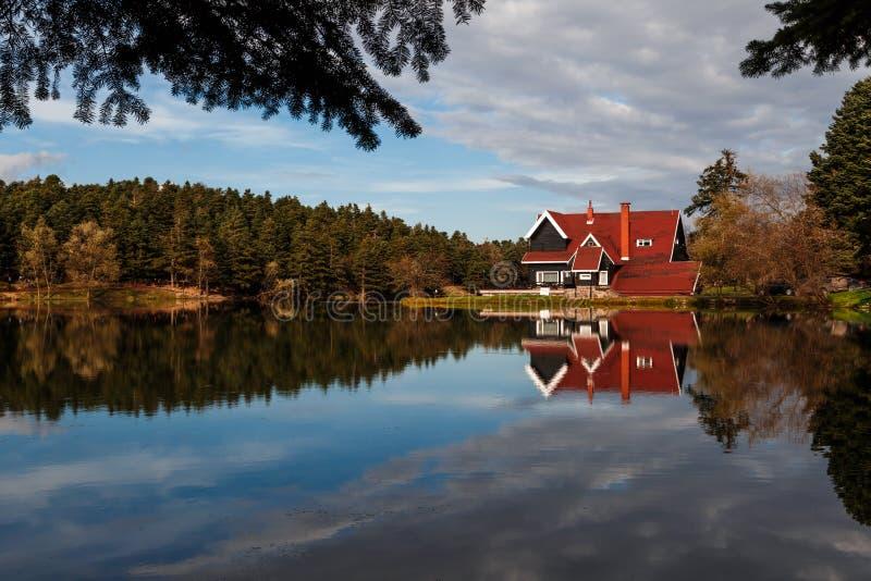 Casa de madera del lago en el parque nacional de Golcuk fotos de archivo