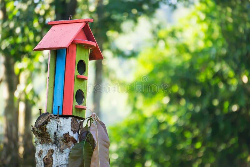 Casa de madera del pájaro foto de archivo