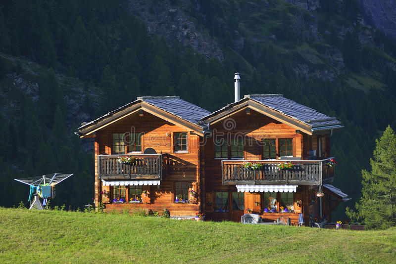 Casa de madera del pueblo viejo de Zermatt foto de archivo libre de regalías