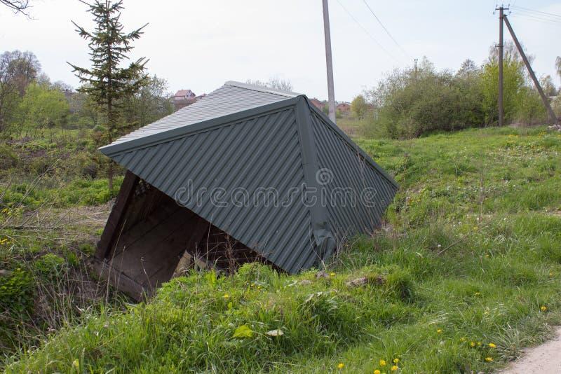 Casa de madera después de un huracán imagenes de archivo