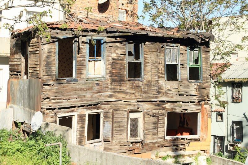 Casa de madera destruida vieja en Estambul imagen de archivo