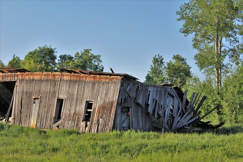 Casa de madera dilapidada vieja abandonada en el norte del estado Franklin County rural, Nueva York, Estados Unidos imagenes de archivo