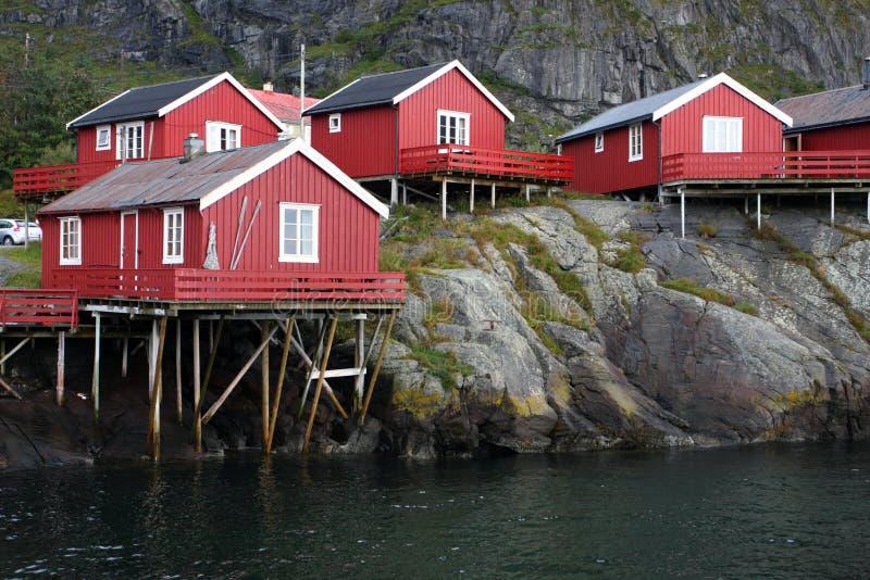 Casa de madera en el archipiélago de Lofoten fotografía de archivo