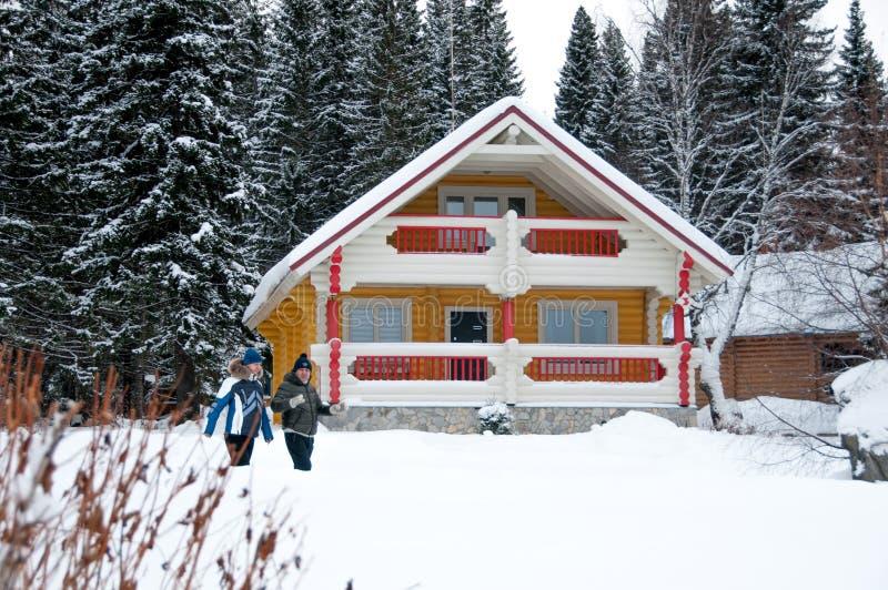Casa de madera en el bosque del invierno imagen de archivo libre de regalías