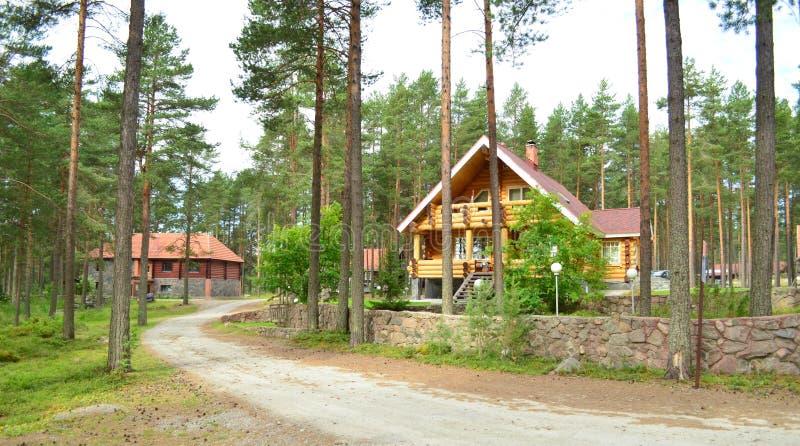 Casa de madera en el bosque sobre el lago fotografía de archivo libre de regalías