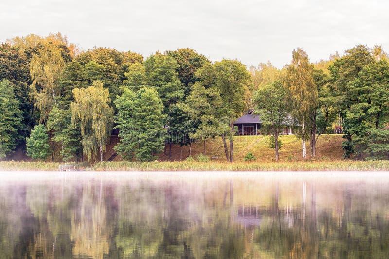 Casa de madera en el lago imagen de archivo libre de regalías