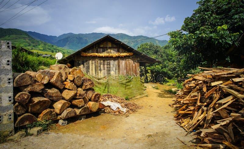 Casa de madera en el pueblo de Hmong en Vietnam imagen de archivo