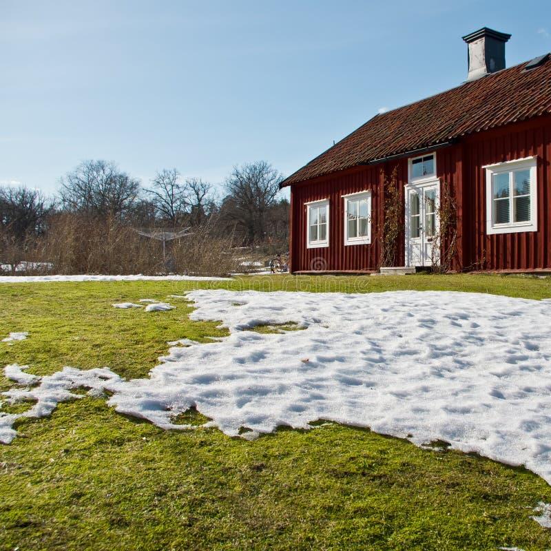 Casa de madera en el resorte imágenes de archivo libres de regalías