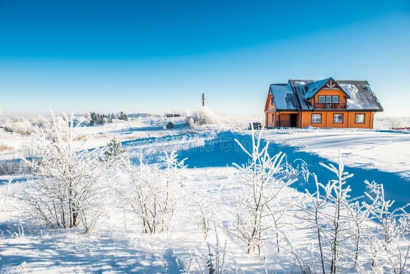 Casa de madera en invierno imagenes de archivo
