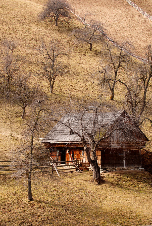 Casa de madera en la ladera foto de archivo