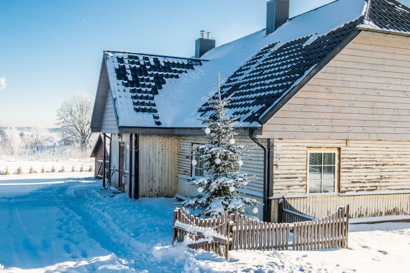Casa de madera en la Navidad imagenes de archivo