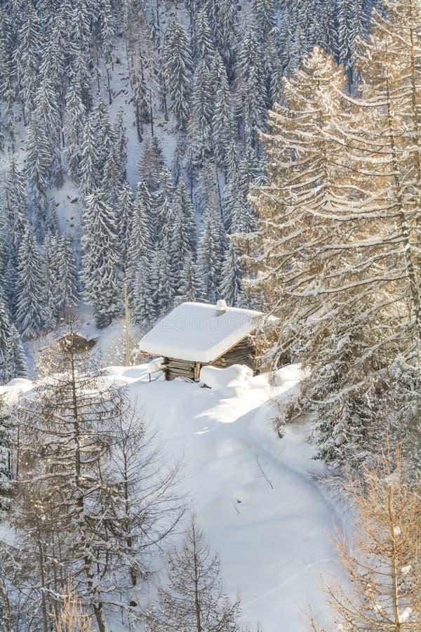 Casa de madera en las montañas de Suiza fotos de archivo libres de regalías