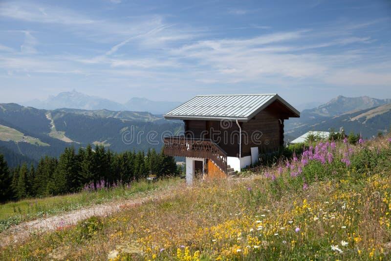 Casa de madera en las montañas francesas imagen de archivo libre de regalías