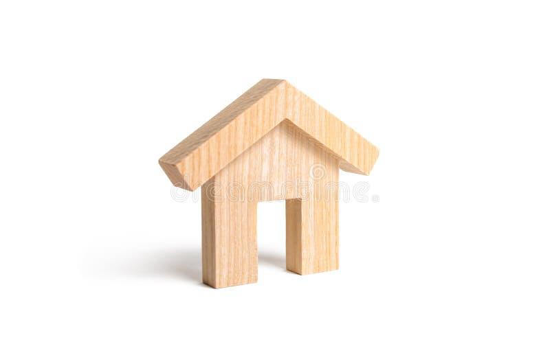 Casa de madera en un fondo blanco El concepto de vivienda asequible en crédito Alquile una casa, relocalización Construcción de l foto de archivo libre de regalías