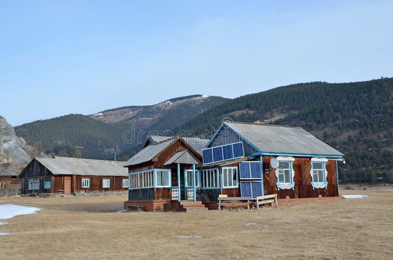 Casa de madera en una mañana del invierno en la orilla del lago Baikal cerca del cabo Bolshoy Kadilniy fotografía de archivo libre de regalías