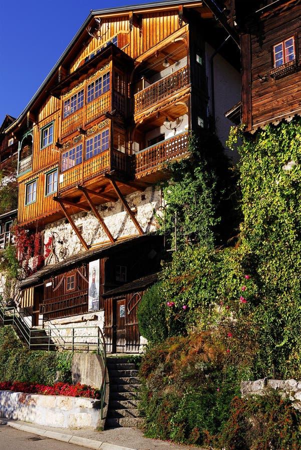 Casa de madera hermosa en el pueblo de Hallstatt, en la costa del lago Hallstatt imagen de archivo