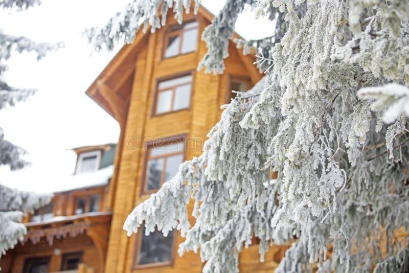 Casa de madera hermosa grande en el bosque nevoso en invierno fotografía de archivo libre de regalías