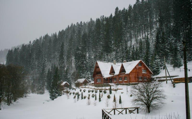 Casa de madera Nevado Invierno Montañas y bosque imagenes de archivo