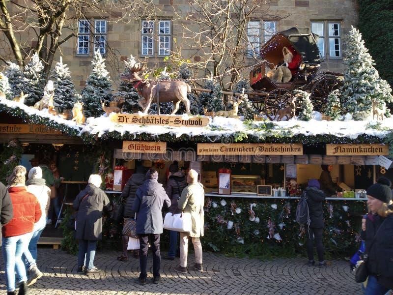Casa de madera pintoresca con Santa Claus y su reno en el tejado nevoso Suttrart, Alemania fotos de archivo