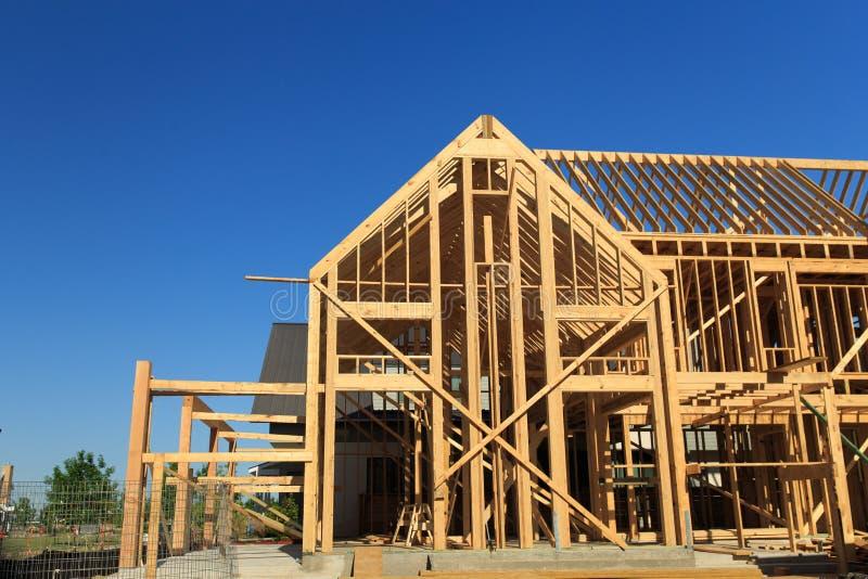 Casa de madera que enmarca, Tejas de la nueva construcción fotografía de archivo libre de regalías