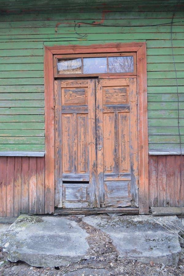 Casa de madera rústica del vintage con viejo cierre de la puerta para arriba, imagen conceptual Pueblo tradicional ruso abandonad fotografía de archivo libre de regalías