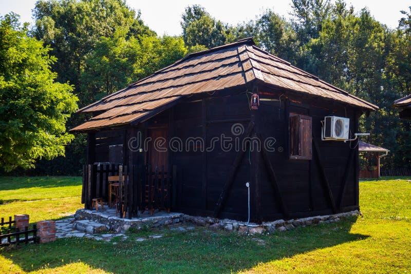 Casa de madera rústica vieja en el pueblo Moravski Konaci imagenes de archivo