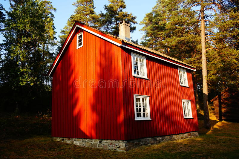 Casa de madera roja Telemark, Noruega fotografía de archivo libre de regalías