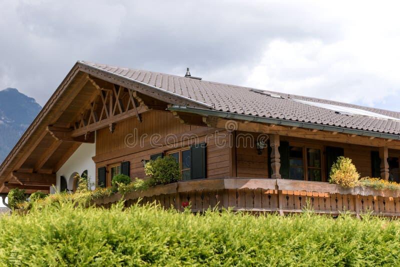 Casa de madera t?pica en las monta?as b?varas alemania foto de archivo libre de regalías