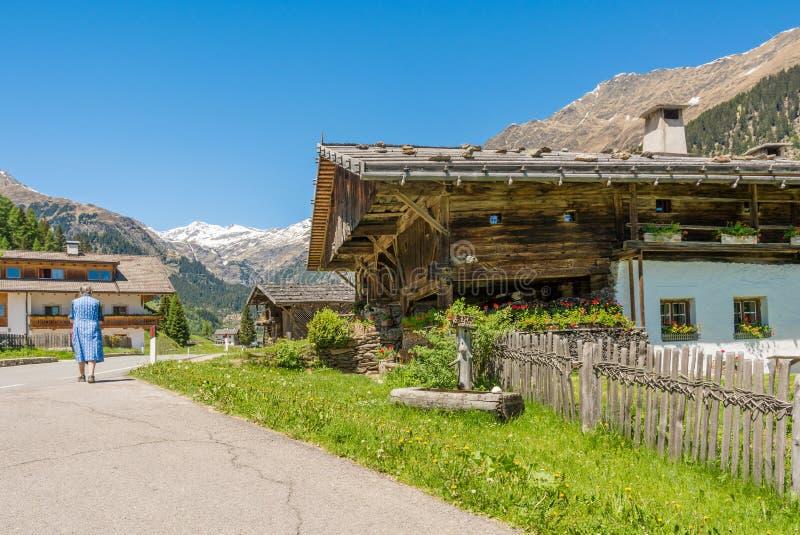 Casa de madera típica en un pueblo de las montañas en el valle/el valle de Ridanna - país de Ridnaun de Racines - cerca de Sterzi imagenes de archivo