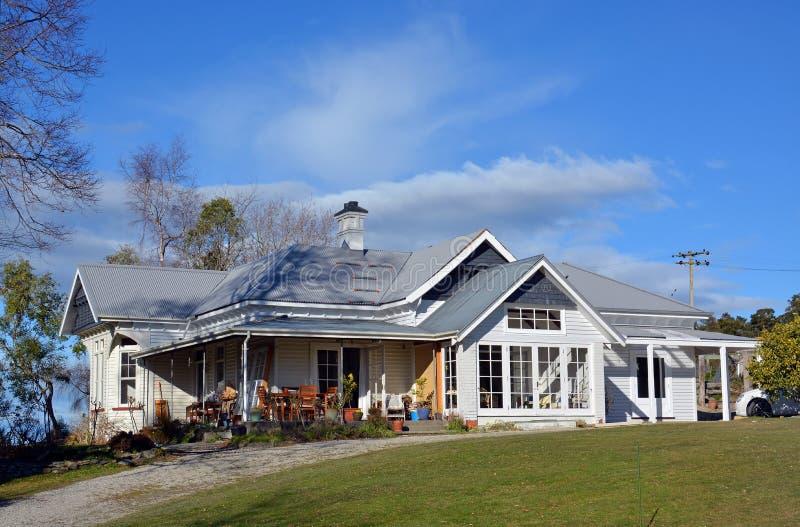 Casa de madera tradicional de la granja de Nueva Zelanda foto de archivo