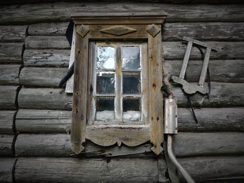 Casa de madera vieja con la ventana foto de archivo libre de regalías