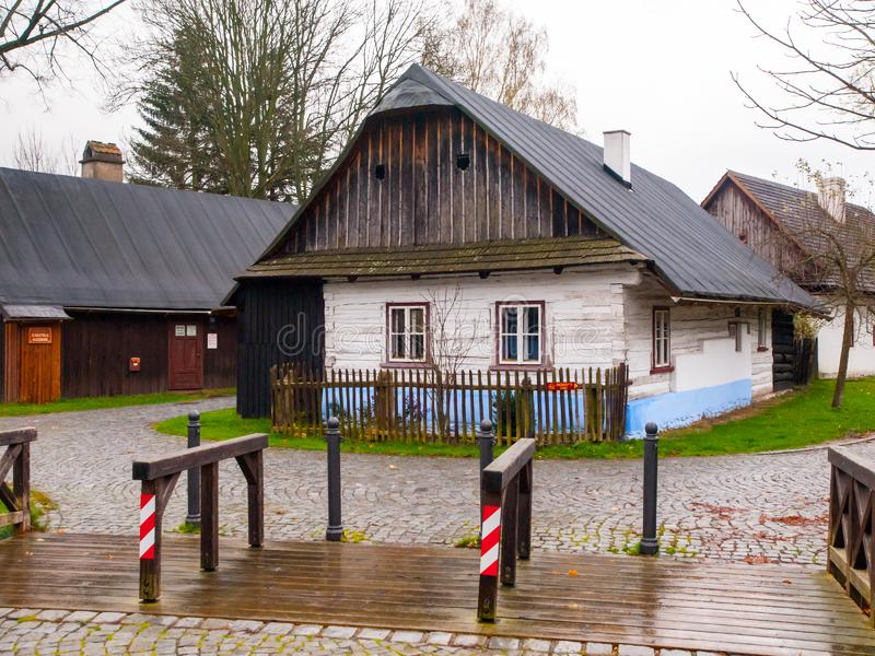 Casa de madera vieja en Betlem Folk Architecture Monument Reserve, Hlinsko, República Checa fotos de archivo